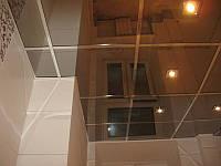 Подвесной металлический потолок в ванной. Зеркало