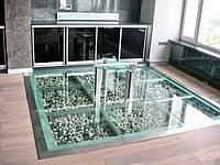 Стеклянный пол с камнями
