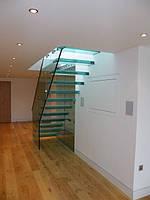Стеклянные лестницы из стены