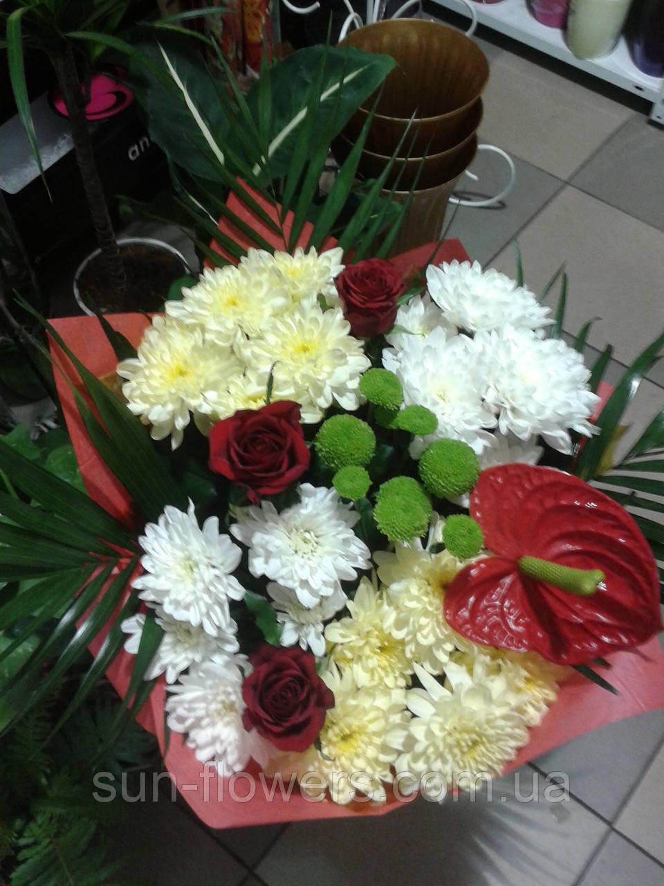 Букет с антуриумом и хризантемой