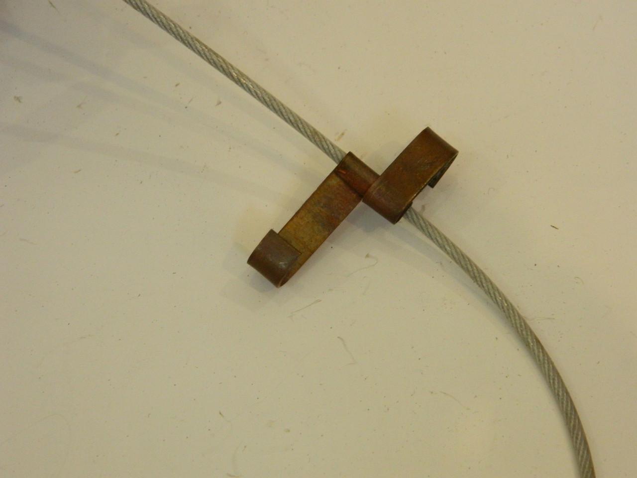 Медные крепления с тросиком для кабеля в водосточных трубах