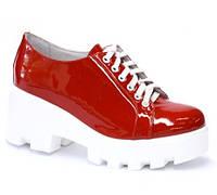 Красные туфли на тракторной подошве с белыми шнурками