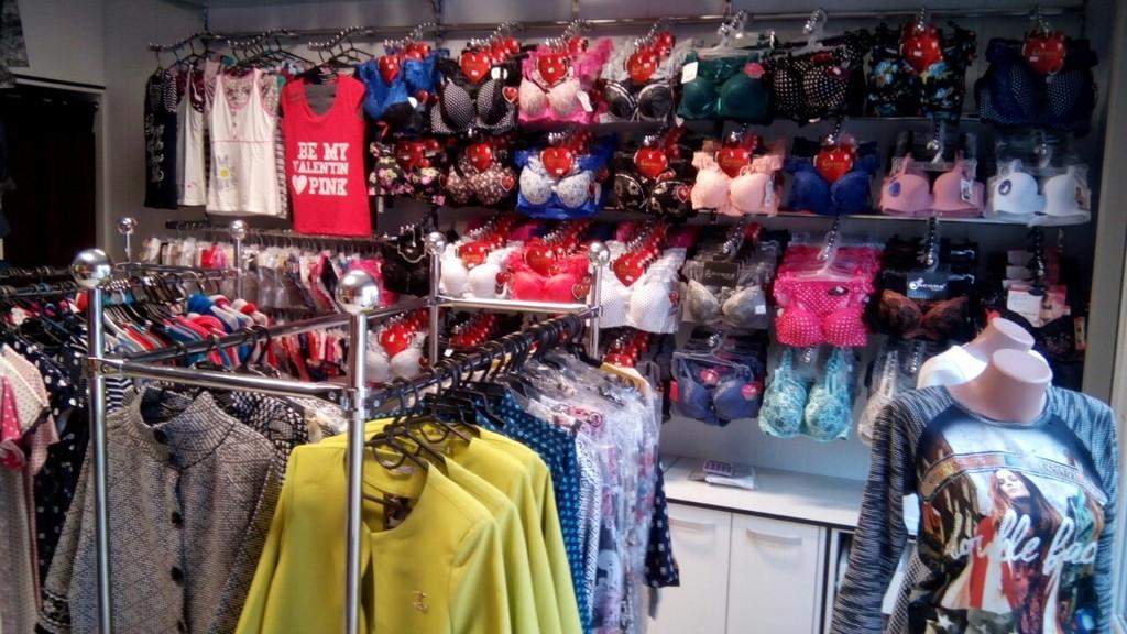 Торговое оборудование в магазине женской одежды