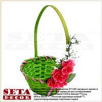 Зелёная корзинка плетенная из лозы с малиновой сакурой