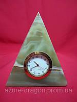 Часы с пирамидой из оникса