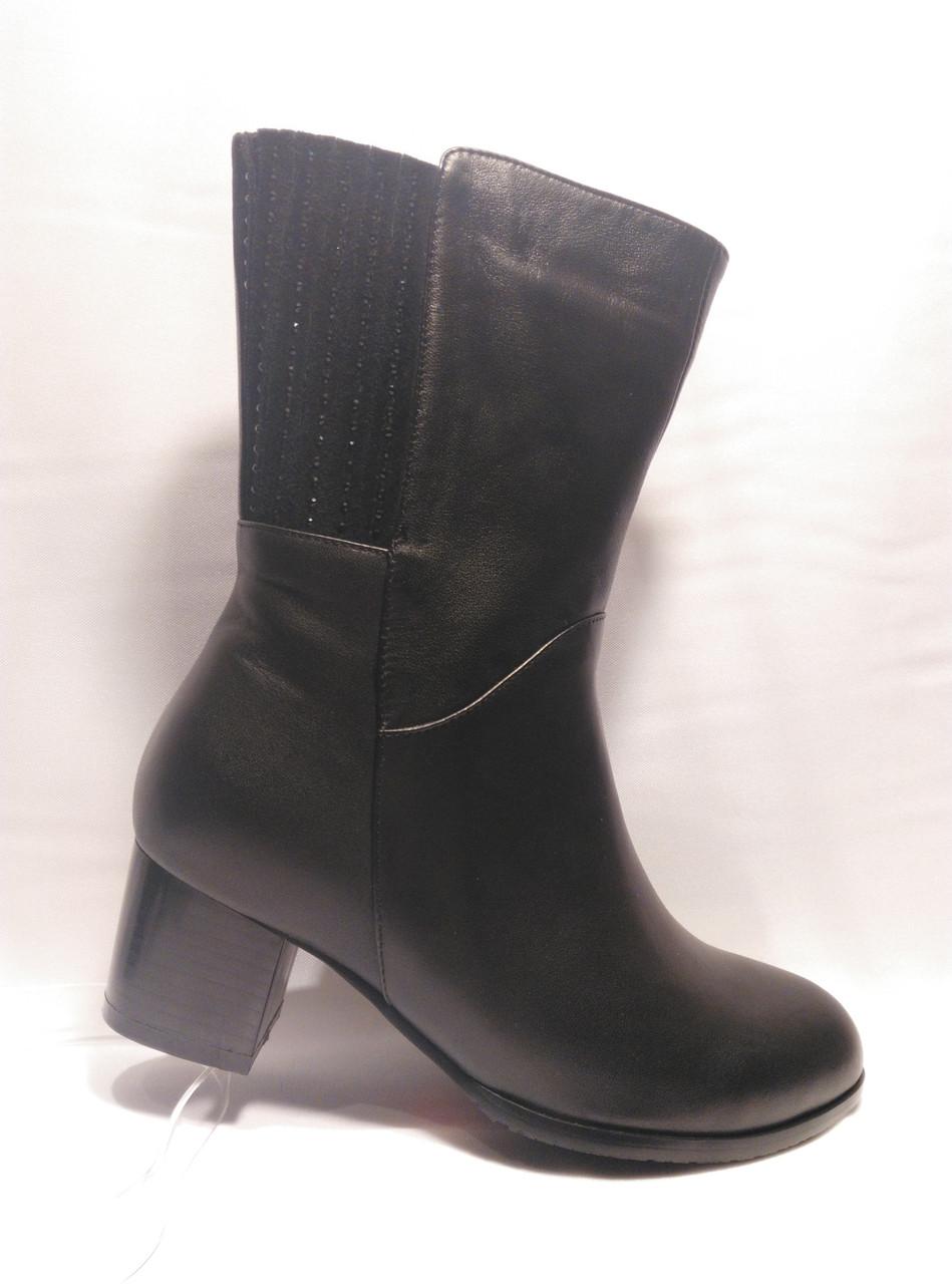 Черные кожаные сапожки с широким голенищем и большой полнотой.