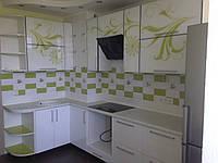 Кухня угловая с риссоваными фасадами