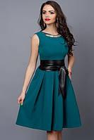 Летнее платье бутылочного цвета с кожаным поясом