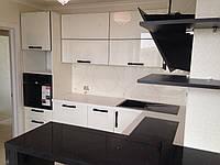 Кухня угловая с белыми стеклянными фасадами
