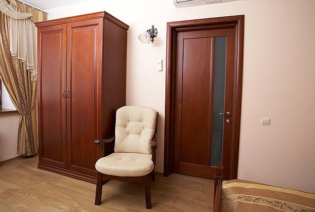 Шкаф под заказ с деревянными фасадами