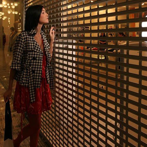 Решетчатые ролеты для витрин магазинов