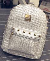 Плетеный мини рюкзак с шипами.