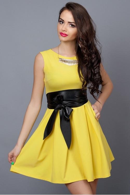 Молодежное летнее платье желтое с кожаным поясом