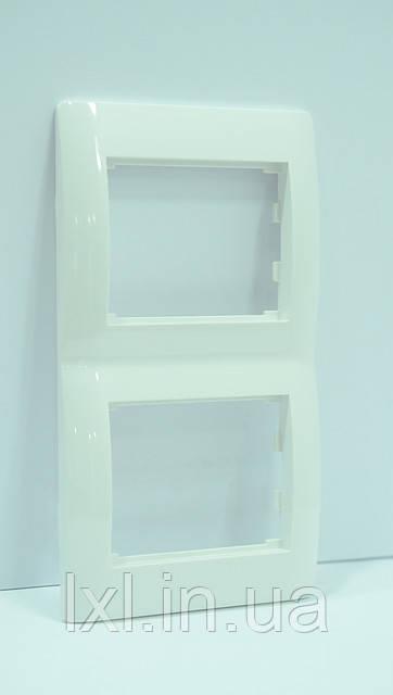 Рамка 2 места вертикальная белая OSCAR