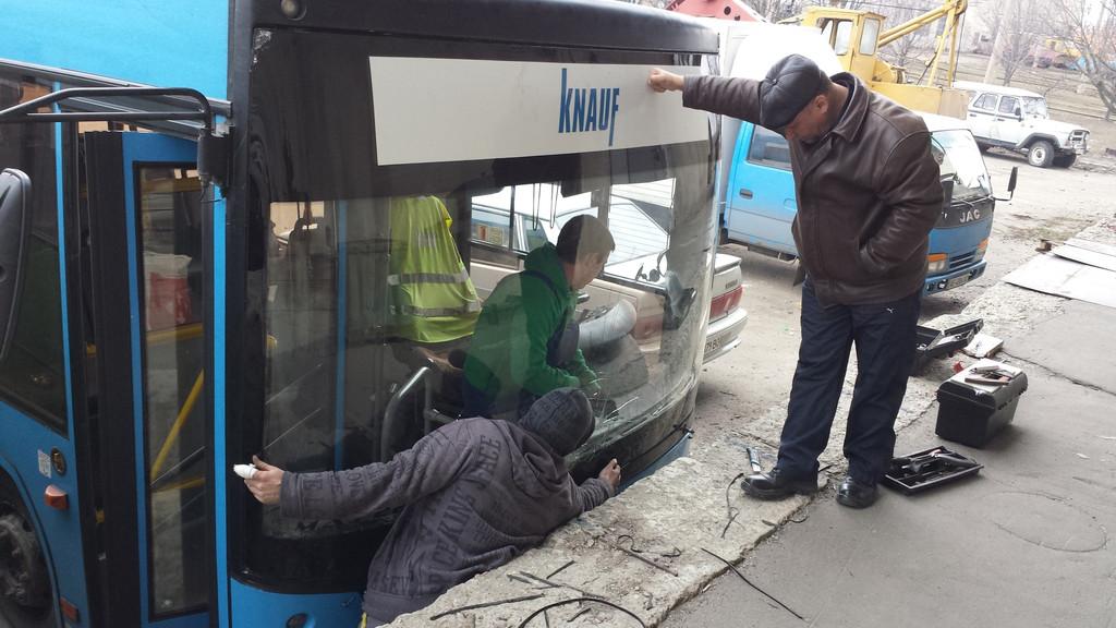Замена лобового стекла на автобус МАЗ 226 в Харькове 1
