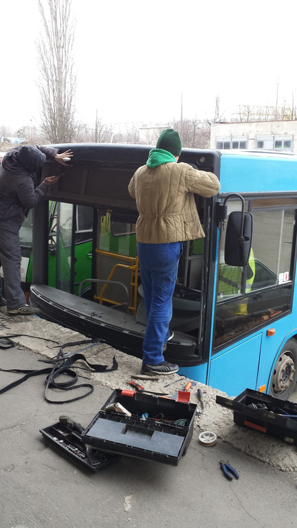 Замена лобового стекла на автобус МАЗ 226 в Харькове 2