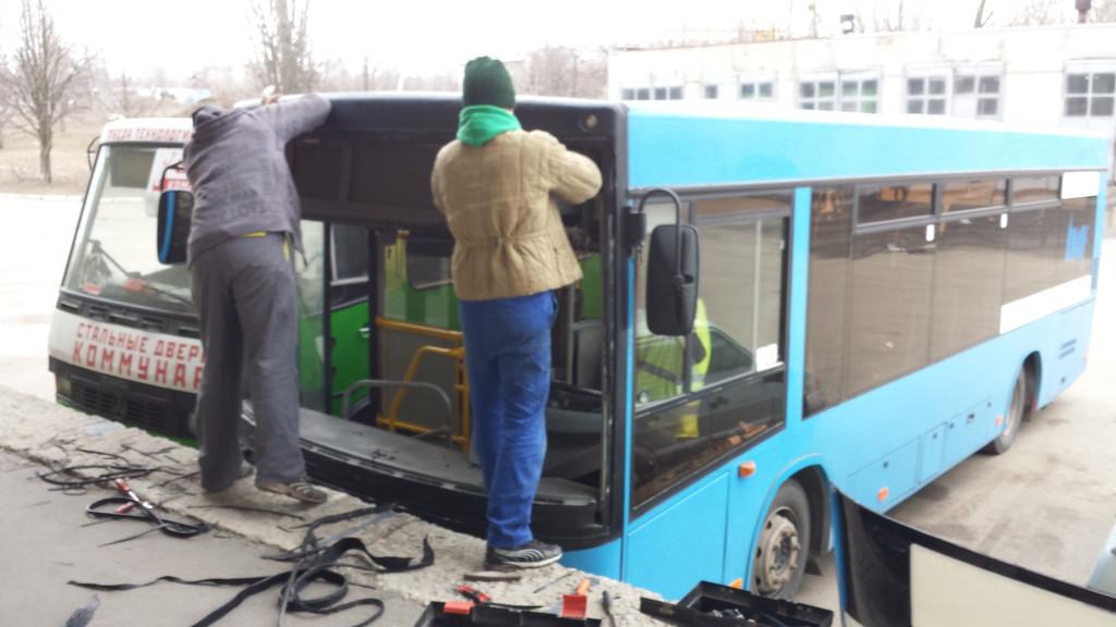 Замена лобового стекла на автобус МАЗ 226 в Харькове 3