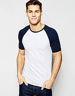 Белая мужская футболка с темно-синим рукавом