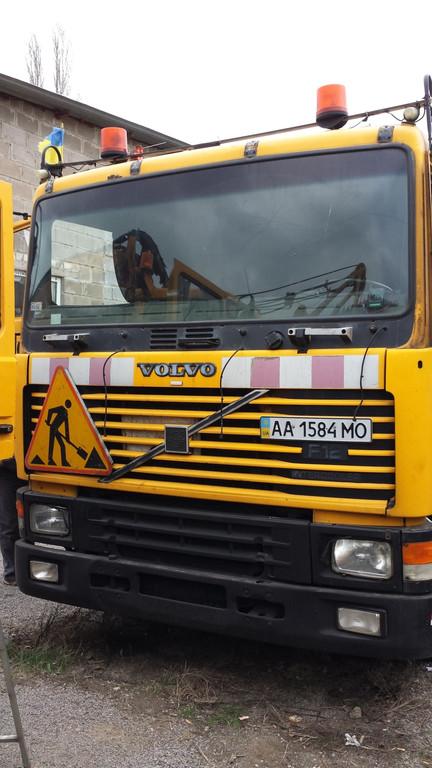 Замена лобового стекла на грузовике Volvo F 12 в Орджоникидзе