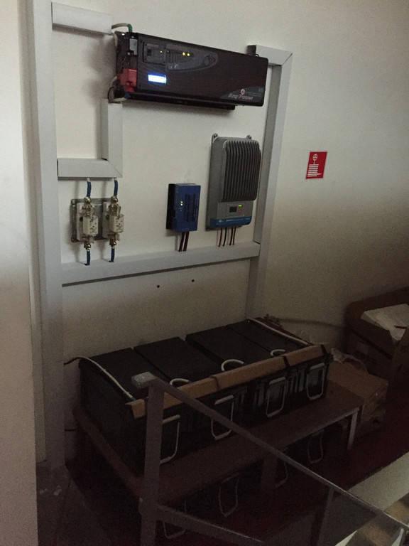 Для даної сонячної електростанції використали інвертор Eyen APC-6000W, два шт. контролерів заряду MPPT на 40 і 60 ампер, 48 вольт, гелеві акумулятори 8 штук, 200 агод, 12В, та запобіжники АС.