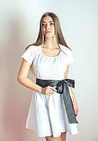 Белое ажурное женской платье с атласным поясом