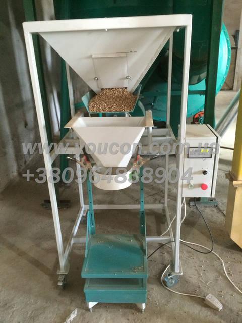 Автоматический весовой дозатор гранулы. Дозированная фасовка от 10 до 30 кг. в полиэтиленовые мешки.