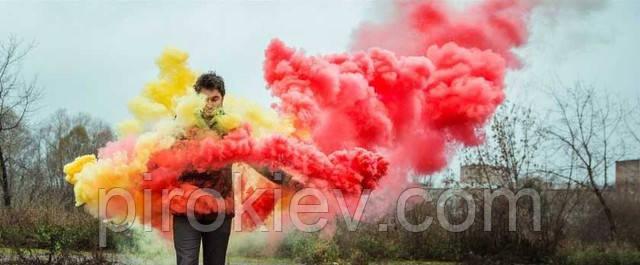 красный и желтый дым в руках у парня. Фотосессия с цветным дымом на природе