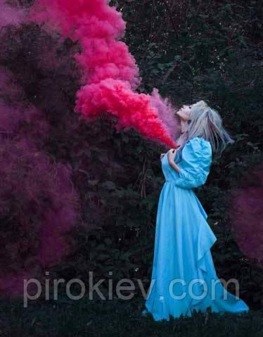 Фотография девушки в платьи, а из груди выходит красный дым