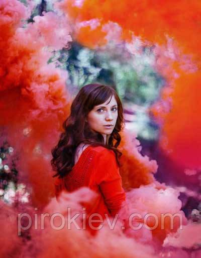 Девушка на фоне красного дыма