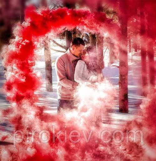 влюбленная пара в лесу на фоне красного дыма