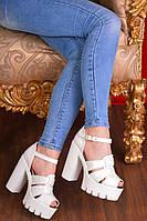 Лаковые белые туфли-босоножки на высоком каблуке