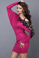 Платье туника с открытым плечом и гипюром малиновая