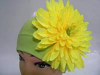 Шапочка салатовая с желтой хризантемой