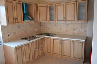 Кухня с  рамочными фасадами и патиной