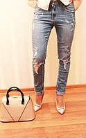 Стильные женские  молодежные джинсы с рванкой на колене