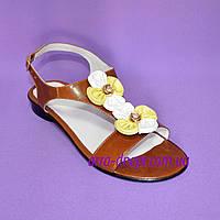 Босоножки женские кожаные коричневого цвета, декорированы разноцветными цветами, фото 1
