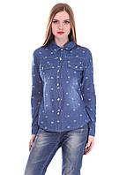 Модная джинсовая рубашка в необычный принт