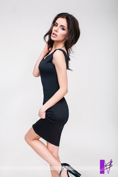 Летнее укороченное платье с фигурным декольте