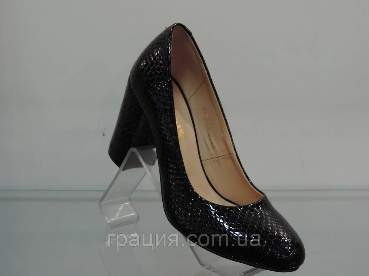 Туфлі жіночі лакові натуральні на підборах чорні