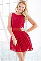 Обворожительное гипюровое женское платье с короткой пышной юбкой с атласным поясом без рукавов