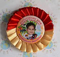 Значок Выпускник с фотографией и розеткой Красно-бежевой
