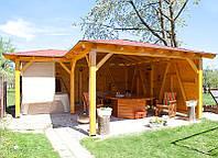 Летняя кухня под навесом из дерева.