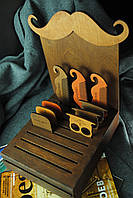 Деревянная подставка в виде усов для деревянных расчесок