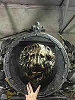 Большой лев из стекловолока