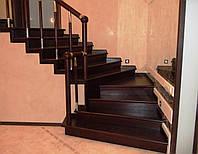 Дубовая закрытая лестница на деревянном каркасе - ограждение комбинированная нержавейка  цвет  вкладыша вишня
