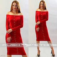 Платье с открытыми плечами и пуговицами