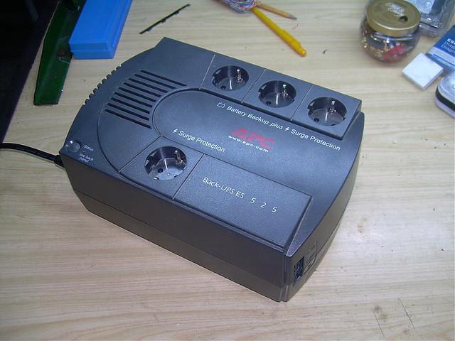 Источник бесперебойного питания APC Back-UPS BE525-RS, без аккумулятора
