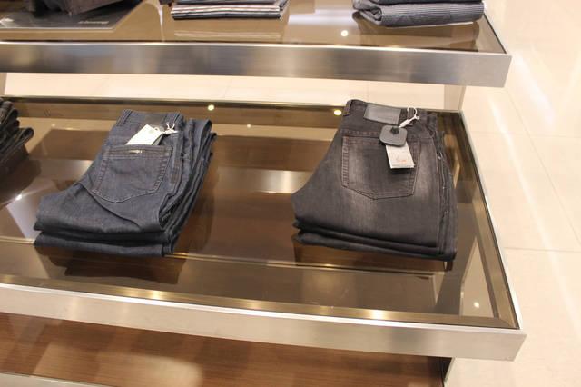Противокражная бирка Мини на джинсах.