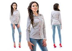 Женская рубашка с красными пуговицами