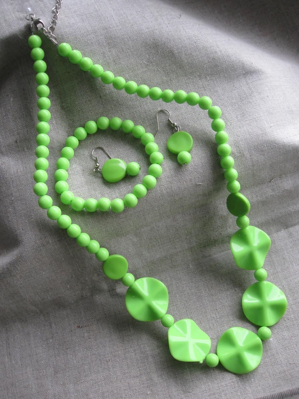 Набор сережки.браслет и колье. Пластиковый